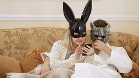 Wilk i królik patrzejemy coś na smartphone zbiory wideo