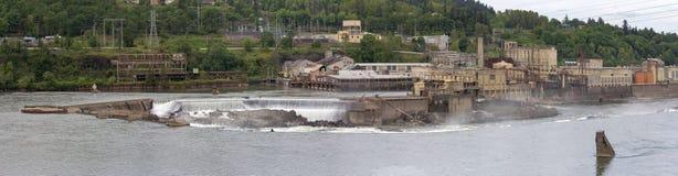 Willamette cai os moinhos de papel no panorama de Oregon Fotos de Stock Royalty Free