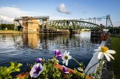 Willebroek, Belgi? - Mei 27, 2019: De brug of Ijzerenbrug van de ijzerschommeling over het kanaal Brussel-Schelde stock afbeeldingen