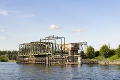Willebroek, Belgi? - Mei 27, 2019: De brug van de ijzerschommeling over het kanaal Brussel-Schelde stock foto's
