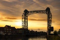 Willebroek, Belgi? - Mei 27, 2019: De ijzerophaalbrug over het kanaal Brussel-Schelde in Willebroek door zonsondergang stock fotografie