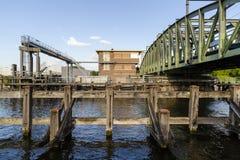 Willebroek, Belgi? - Mei 27, 2019: De de spoorwegbrug of Ijzerenbrug van de ijzerschommeling over het kanaal Brussel-Schelde stock foto