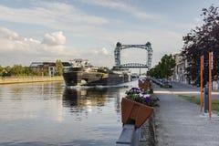 Willebroek, Belgi? - Mei 27, 2019: Grote rivieraak die onder de beroemde ijzerophaalbrug vaart van Willebroek stock foto