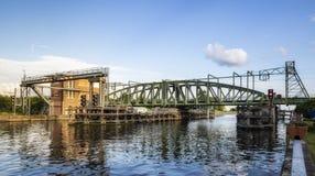 Willebroek, Belgi? - Mei 27, 2019: De brug of Ijzerenbrug van de ijzerschommeling over het kanaal Brussel-Schelde stock afbeelding