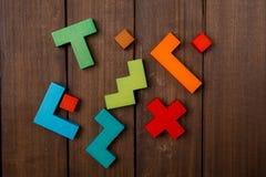 Willekeurig Delen van houten logisch spel op houten bruine lijst De ruimte van het exemplaar stock foto