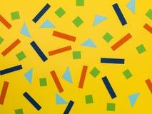 Willekeurig Patroon van Geometrische Vormen op een Gele Achtergrond stock foto's