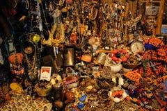 Willekeurig verspreide die armbanden, parels, oorringen en ringen van edele metalen en stenen op de markt van Istanboel worden ge stock foto's