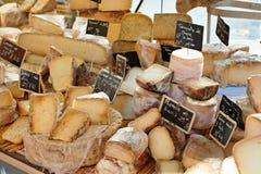 Willekeurige Franse kaas bij markt van de Provence Royalty-vrije Stock Foto's