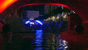 Willekeurige vliegende zeepbels onder de brug stock video
