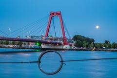 Willemsbrug in Rotterdam nachts mit Mondschein hinten lizenzfreie stockfotos