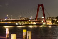 Willemsbrug Rotterdam vid natt Arkivfoton