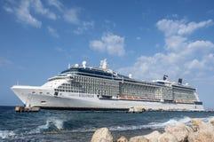 Willemstad, Curaçao - 11 de abril de 2018: Barco de cruceros del equinoccio de la celebridad atracado en Willemstad Curaçao foto de archivo libre de regalías