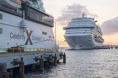 Willemstad, Curaçao - 11 de abril de 2018: El carnaval Vista y los barcos de cruceros del equinoccio de la celebridad atracaron e imagen de archivo libre de regalías