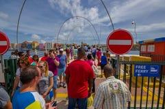 WILLEMSTAD, CURAÇAO - 1 DE NOVIEMBRE DE 2015: Reina Emma Bridge Fotos de archivo libres de regalías