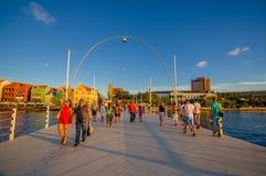 WILLEMSTAD, CURAÇAO - 1ER NOVEMBRE 2015 : La Reine Emma Bridge Images stock