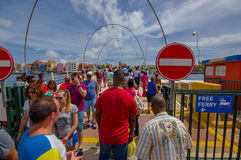 WILLEMSTAD, CURAÇAO - 1ER NOVEMBRE 2015 : La Reine Emma Bridge Photos libres de droits