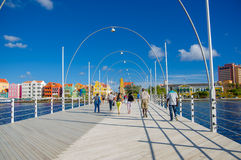 WILLEMSTAD, CURAÇAO - 1ER NOVEMBRE 2015 : La Reine Emma Bridge est un pont de ponton à travers St Anna Bay Photo libre de droits