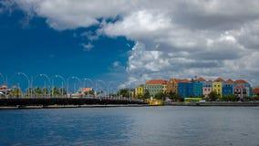 Willemstad, Curaçao Handelskade avec les façades colorées et reine photographie stock