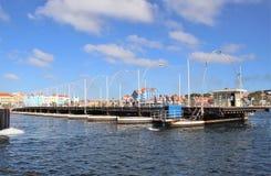 Willemstad, Curaçao - 12/17/17: Reina Emma Pontoon Bridge en Curaçao que balancea hacia fuera para permitir el paso del barco; fotos de archivo