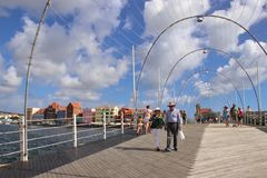 Willemstad, Curaçau - 12/17/17: Rainha Emma Pontoon Bridge em Willemstad, Curaçau, no Netherland Antilhas Foto de Stock Royalty Free