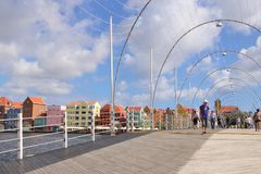 Willemstad, Curaçau - 12/17/17: Rainha Emma Pontoon Bridge em Willemstad, Curaçau, no Netherland Antilhas Fotografia de Stock Royalty Free