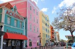 Willemstad Curacao - 12/17/17: Färgrika byggnader i i stadens centrum Willemstan, Curacao Arkivbilder