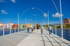 WILLEMSTAD CURACAO, LISTOPAD, - 1, 2015: Królowej Emma most jest pontonowym mostem przez St Anna zatokę zdjęcie royalty free