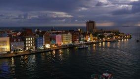 Willemstad Curacao på natten arkivfilmer