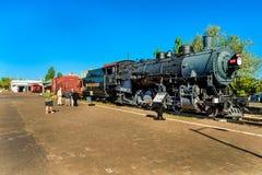 WILLIAMS AZ/COCONINO - 27 MAJ 2017 - okänt folk som håller ögonen på en historisk lokomotiv Fotografering för Bildbyråer