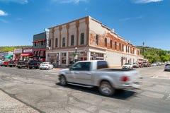 WILLIAMS, AZ - CZERWIEC 29, 2018: Samochód przyśpiesza up wzdłuż trasy 66 to Zdjęcie Stock