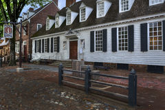 Williamsburg colonial Raleigh Tavern en la oscuridad fotos de archivo