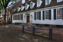 Williamsburg colonial Raleigh Tavern en la oscuridad Fotos de archivo