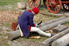 Williamsburg, la Virginie : Woodcarver au travail Images stock