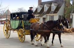 Williamsburg, VA: Coachman, cavalos e ônibus Fotografia de Stock Royalty Free