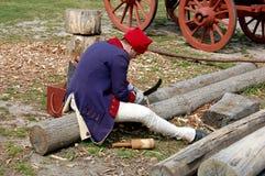 Williamsburg, Virginia: Woodcarver op het Werk Stock Afbeeldingen