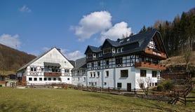 Willingen, Германия - 27-ое марта 2018 - традиционное тимберс-обрамленное и побеленное сельскохозяйственное строительство стоковое фото