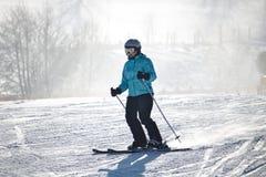 Willingen, Alemania - 7 de febrero de 2018 - esquiador de sexo femenino en traje de esquí azul en un funcionamiento de esquí fotos de archivo libres de regalías