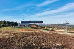 WILLINGEN, DEUTSCHLAND - 26. DEZEMBER 2015: Ansicht an der Hügelstation der Motor- Besucher Willingen-Kabels genießen das warme Stockbild