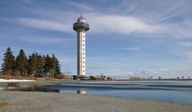 Willingen Tyskland - April 3rd, 2018 - Hochheide torn på monteringen Ettelsberg som reflekterar på vattenyttersidan av den delvis Royaltyfri Bild