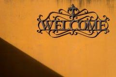 Willkommen auf orange Wand mit Schatten und Schatten Stockfoto