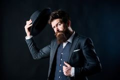 Willkommen an Bord Geschäftsmann in der Klage Geheim werfen Sie Männliche formale Mode Detektiv im Hut Reifer Hippie mit Bart stockbild