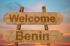 Willkommen nach Benin singen auf hölzernem Hintergrund Lizenzfreie Stockfotos