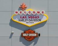 Willkommen nach Las Vegas unterzeichnen vorbei die Stange und das Schild Harley in Las Vegas Harley Davidson Dealership stockbilder