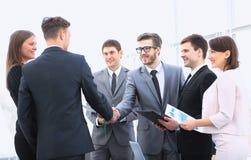 Willkommen und Händedruck von Teilhabern auf der Anweisung lizenzfreies stockbild