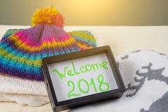Willkommen 2018 Weihnachts-Kleidungs-Arthintergrund strickte Strickjacke, Schal, Hut, Handschuhe Lizenzfreies Stockfoto