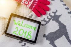 Willkommen 2018 Weihnachts-Kleidungs-Arthintergrund strickte Strickjacke, Schal, Hut, Handschuhe Lizenzfreie Stockbilder