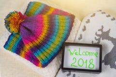 Willkommen 2018 Weihnachts-Kleidungs-Arthintergrund strickte Strickjacke, Schal, Hut, Handschuhe Stockfoto