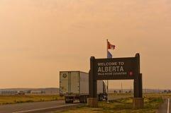 Willkommen zu Alberta-Zeichen am rauchigen Tag Lizenzfreies Stockbild