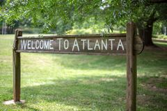 Willkommen zu Atlanta-Zeichen auf dem linearen Park Olmsted stockfotos