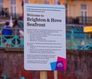 Willkommen zu Brighton und zu Hove Seeseite - BRIGHTON, VEREINIGTES KÖNIGREICH - 27. FEBRUAR 2019 lizenzfreie stockbilder
